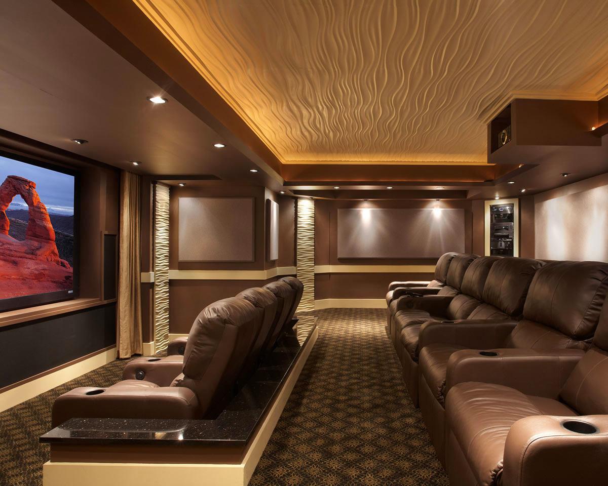 Домашний кинотеатр в цветах: темно-коричневый, коричневый, бежевый. Домашний кинотеатр в стиле неоклассика.