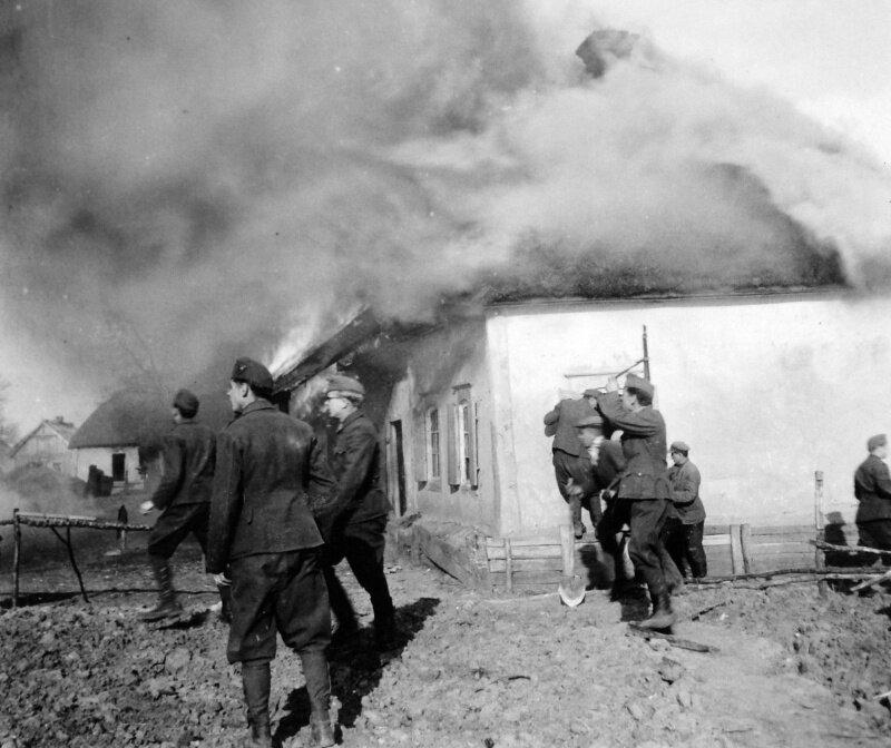 Венгерские солдаты у горящего дома, лето 1942 года
