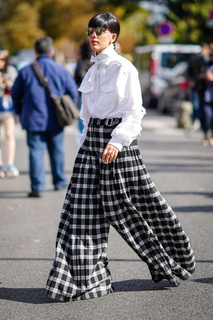 Девушка в клетчатых широких брюках