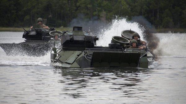 Войска НАТО форсируют реку м…