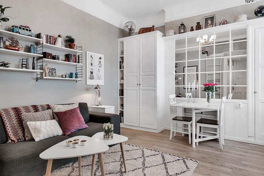 Уютный дизайн<br />  маленькой квартиры 26 кв. м&#8221; /></p> <p>Этот дизайн маленькой квартиры впечатляет своей простотой. И лишний раз доказывает, что совсем крохотная квартира может быть стильной и уютной. Главным является подход к оформлению. На 26 кв. м удалось разместить гостиную, столовую, кухню и, как ни странно, спальню. Жить здесь, пожалуй, комфортно в одиночку, но все же интерьер заслуживает похвалы.</p> <div id=