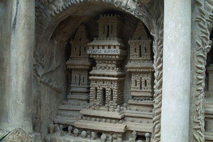 Колонны «Идеального дворца» достигают 10 метров высоты.