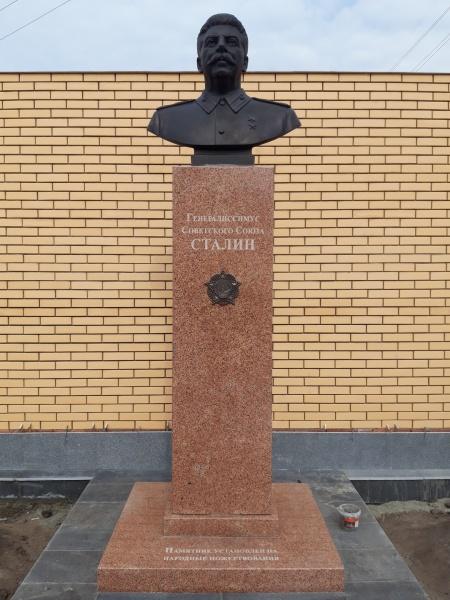 В Новосибирске установили памятник Сталину. Первый пошел