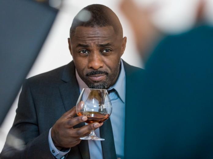 Расист решил унизить чернокожего парня в баре. Но то, что за этим последовало, бесценно!