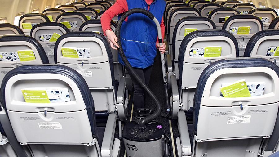 В Петербурге пройдет суд над уборщицей за работу без маски в пустом самолете
