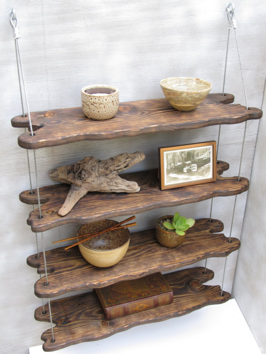 Полки, изготовленные из необработанных реек, которые сохранили свой естественный цвет и текстуру дерева.