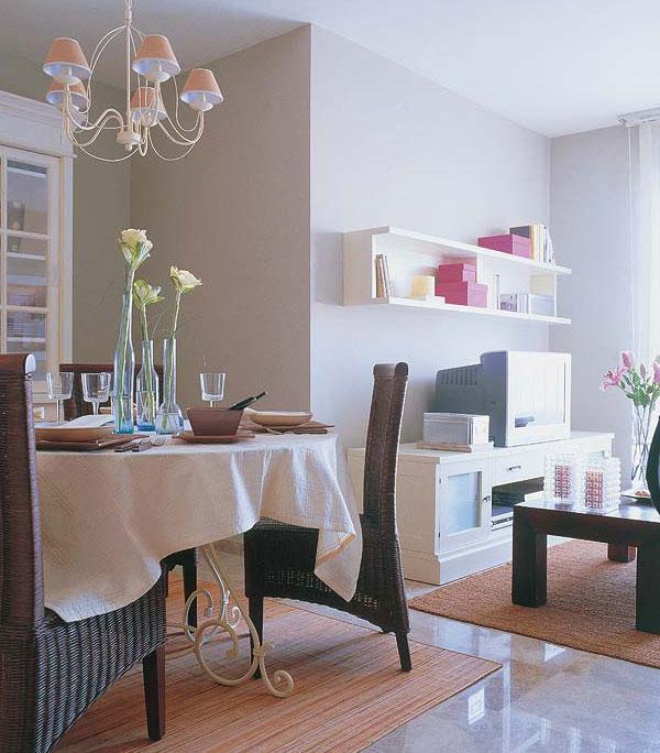 Обеденный стол в интерьере маленькой гостиной идеи