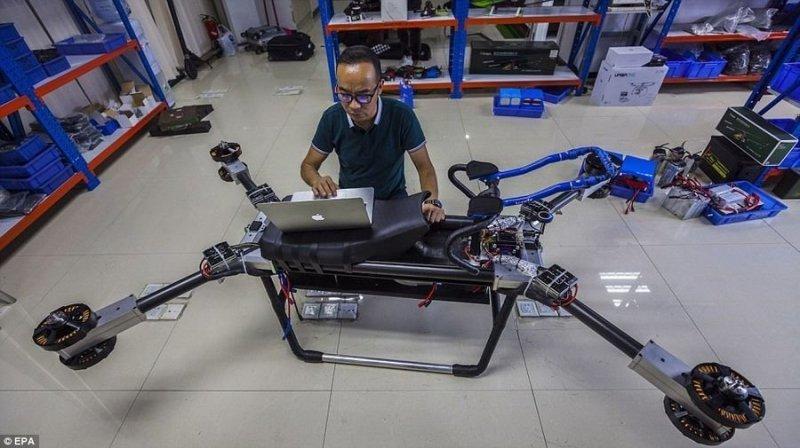 Снаряженная масса с пилотом: 255 кг. На данный момент аппарат может разгоняться до 70 км/ч. авто, видео, дрон, мото, мотоцикл, полет, технологии, ховерборд
