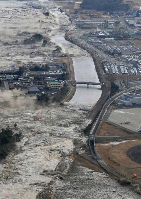 А рядом с ними цунами. И где-то близко наводнения бедствие, земля, катаклизмы, катастрофа, лавина, оползень, человек
