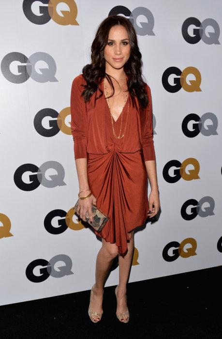 Этот наряд в тёплых тонах и оттенках идеально подчёркивает красоту девушки, ноябрь 2012 год.