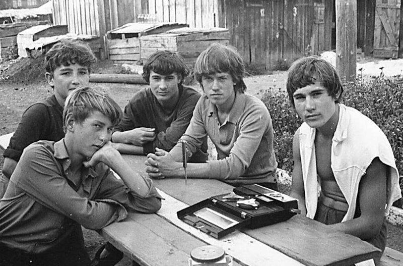 7. Молодежь Углекаменска слушает музыку во дворе, 1973 год досуг в ссср, интересно, мужчины ссср, развлечения советских людей, фото