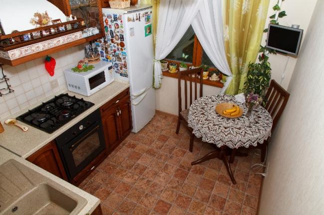 Дизайн кухни 6,9 кв.м в стиле кантри из массива