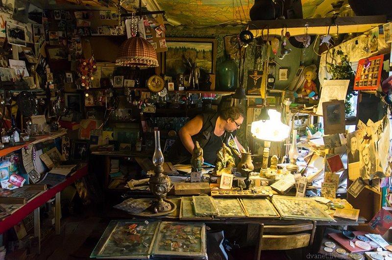 А это рабочий кабинет, где реставрируются старые вещи, пишутся книги и возникают идеи новых инсталляций музея: Илевники, в мире, вещи, люди, старьевщик