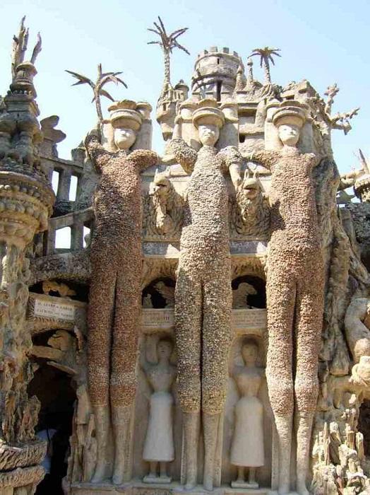 Огромные каменные фигуры «Идеального дворца».
