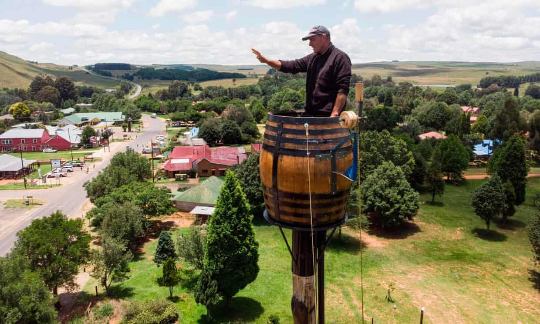 Мужчина из Африки залез на столб и живет там 2 месяца