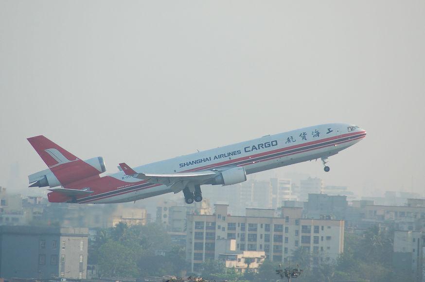 Картинки по запросу Почти тысяча самолетов за сутки: рекорд индийского аэропорта