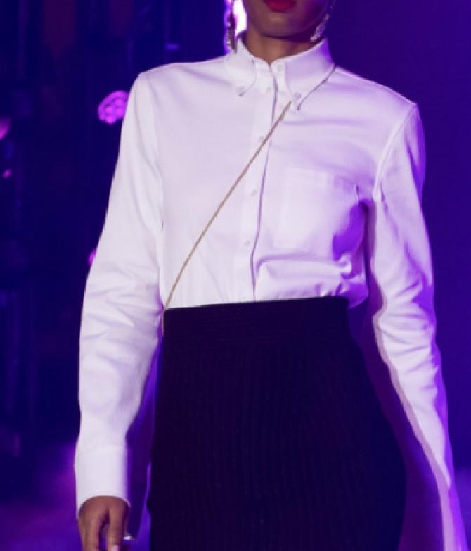 белая женская офисная блузка, застегивается на пуговицы в углах воротника