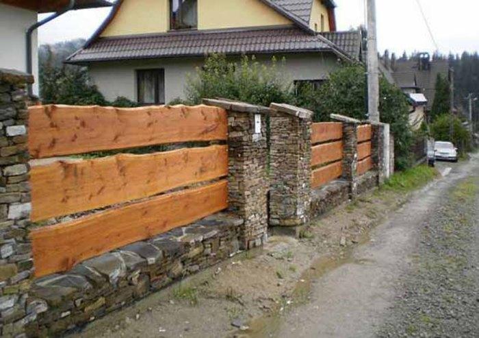 Такой забор одновременно привлекателен и практичен.