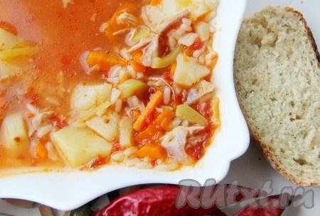 Острый томатный суп с курицей и рисом