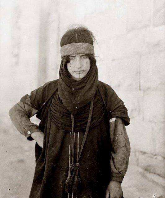 Бедуинка с татуировками на лице. Аль-Карак, Иордания, 1907 год. история, люди, мир, фото