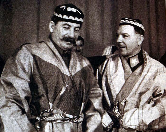 Иосиф Сталин и Климент Ворошилов в национальных костюмах, подаренных им делегатами - участниками совещания передовых колхозников Туркмении и Таджикистана.