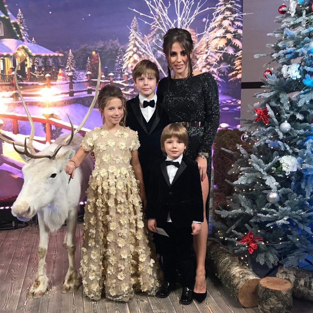 «Новый папа»: Юлия Барановская отлично проводит время на отдыхе в компании известного певца