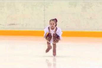 Самая крохотная фигуристка! Ей всего 2 годика, а Вы только посмотрите что она вытворяет на льду!