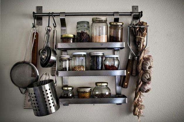Кухня в цветах: черный, серый, светло-серый, белый, темно-коричневый. Кухня в .