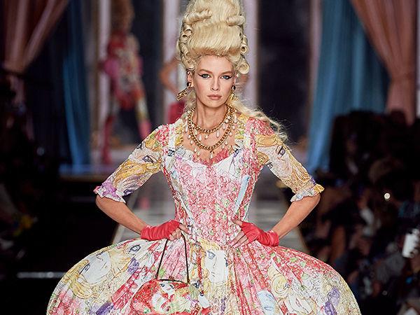 Мария-Антуанетта в мини и косухе? Платье-торт и пальто из цветов? Четырежды да! Как Moschino вернули моду XVIII века на современный подиум