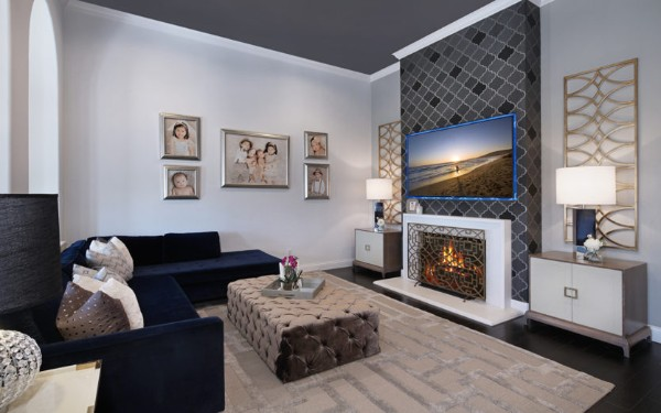 интерьер гостиной с ковром бежевого цвета на полу