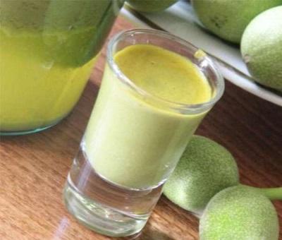 Сок из зеленых грецких орехов отлично укрепляет весь организм