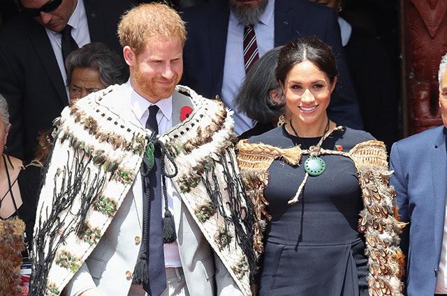 Королевский тур Меган Маркл и принца Гарри завершен: памятные подарки, объятия с поклонниками и участие в обряде
