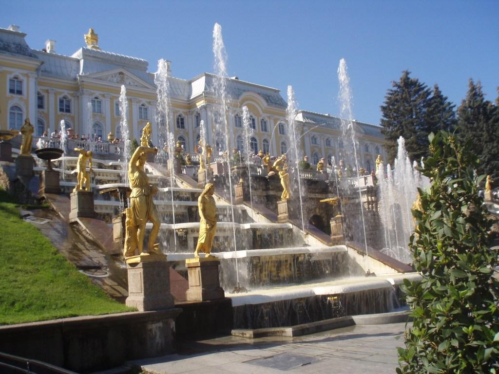 Что находится под фонтанами Петергофа