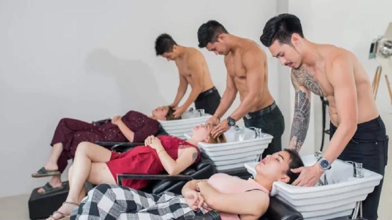 В тайском салоне клиенток обслужили парикмахеры топлесс модели, мужчины, парикмахерская, салон, салон красоты, таиланд, топлесс, фото