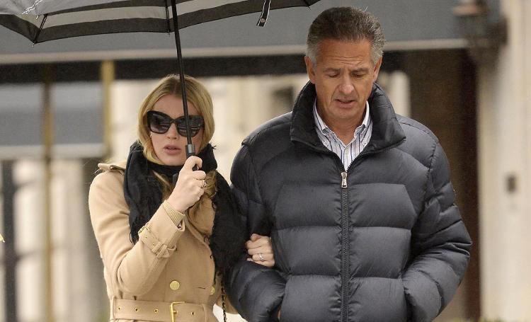 Дождливый день: леди Китти Спенсер с женихом-миллионером Майклом Льюисом в Нью-Йорке