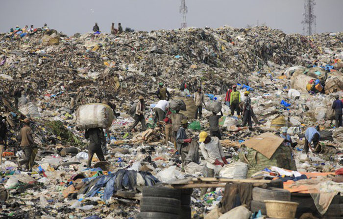 Свалка стала огромной проблемой для экологии страны.