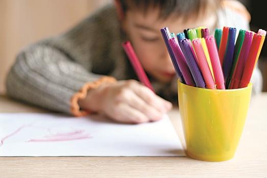 Ребенок рисует странные рису…