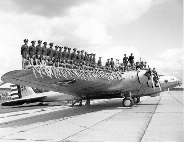 Boeing XB-15 с моделями в купальниках на крыле. США,1940-е история, люди, мир, фото