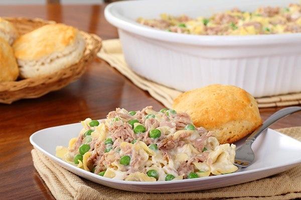 Быстрый салат из рыбных консервов с горошком — готовь хоть каждый день