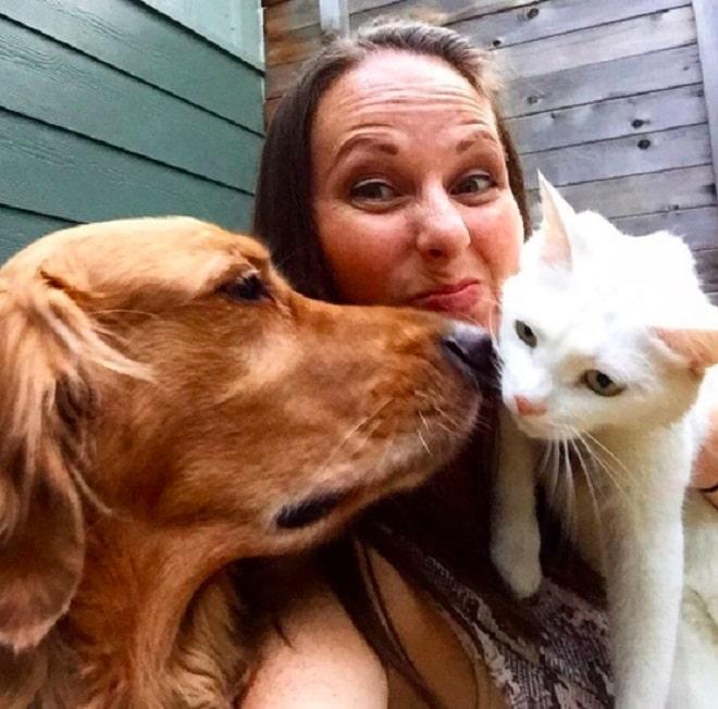 «Я тоже пес!»: Котенок, который решил, что он… собака