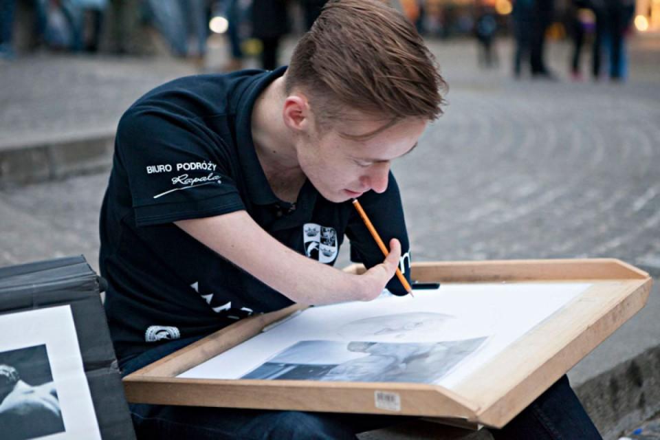 Он родился без рук, но несмотря на это, рисует портреты и скоро откроет свою выставку в Нью-Йорке