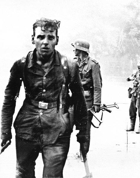 Немецкие солдаты после боя на улицах Новороссийска. 1943 г. Великая Отечественная Война, архивные фотографии, вторая мировая война