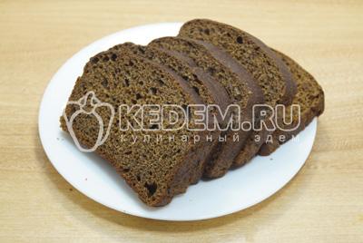 Нарезать кусочками хлеб.
