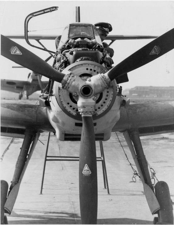 Немецкий пилот в кабине Bf-109 во время пристрелки вооружения истребителя Великая Отечественная Война, архивные фотографии, вторая мировая война