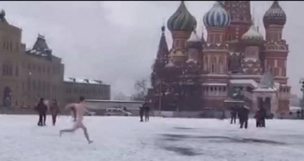 Оппозиционер-акционист пробежался без трусов по Красной площади