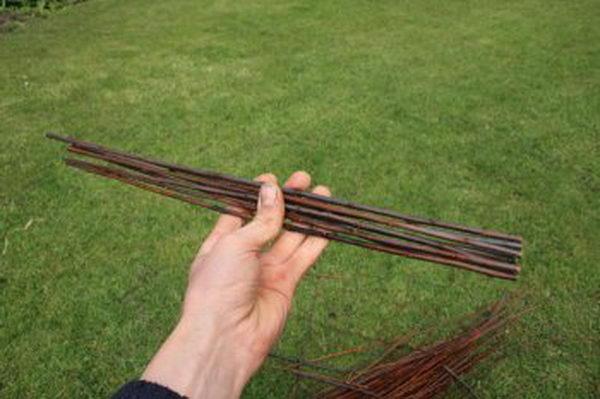 Для создания небольшой корзины вам нужно будет обрезать 8 больших и одинаковых по длине прутьев. В данном случае длина заготовок составила 30 см.