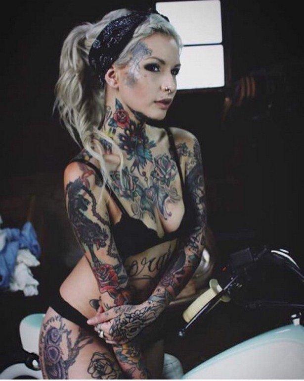 Татуированная тетка с негром