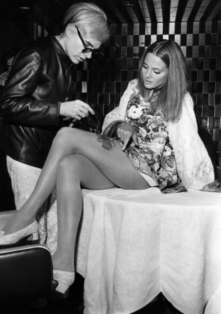 Интересные и редкие ретро-фотографии Энди Уорхол рисует цветок на бедре американской актрисы Ли Тейлор-Янг. Нью-Йорк, ресторан L'Etoile. 1968 история, люди, мир, фото