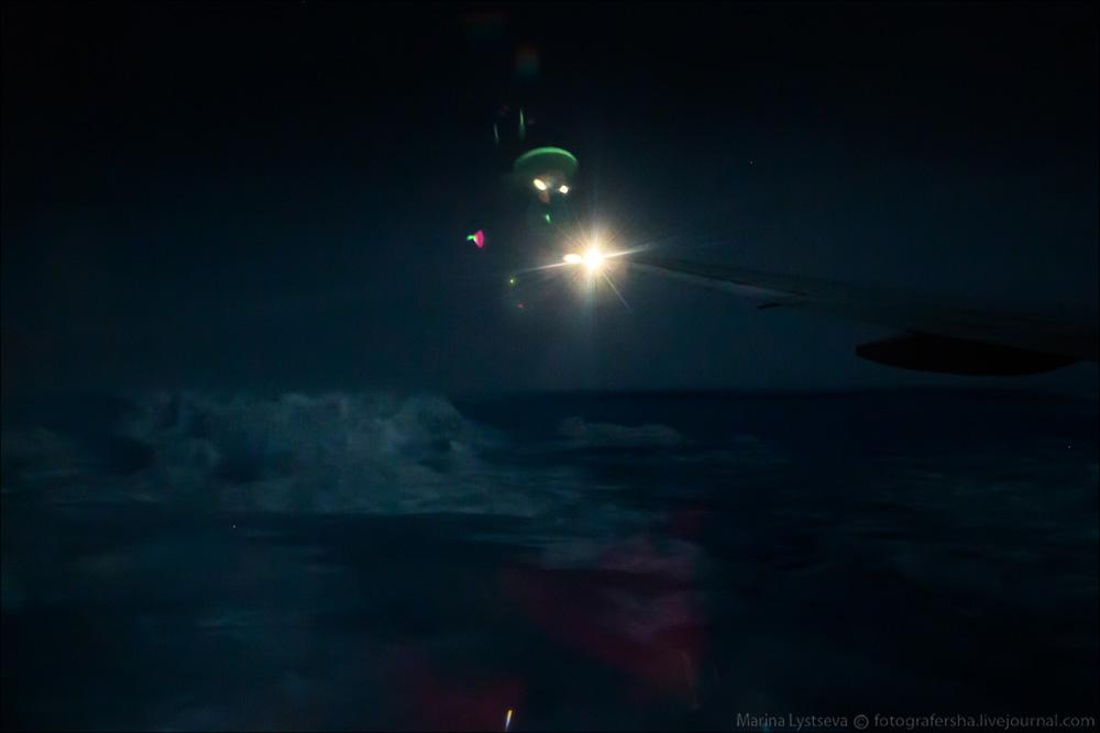 Пока пассажиры самолета спали, за иллюминатором происходили страшные вещи
