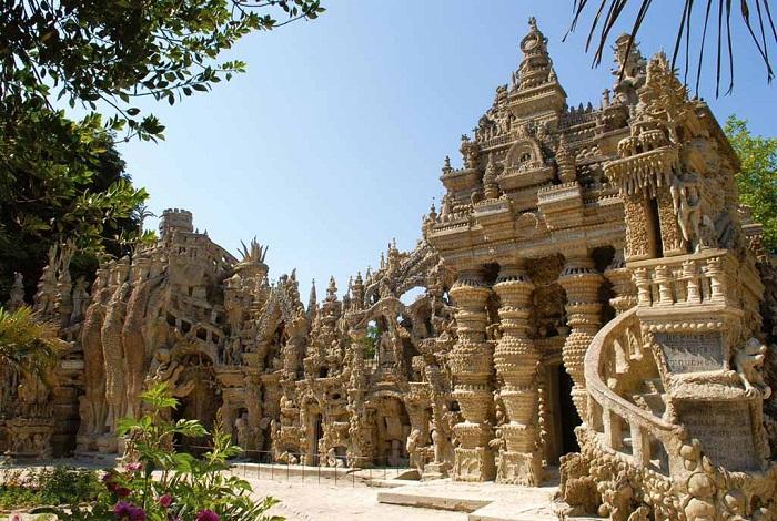 Необычный фасад «Идеального дворца».